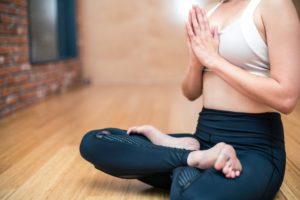 Une femme qui fait du yoga, zen