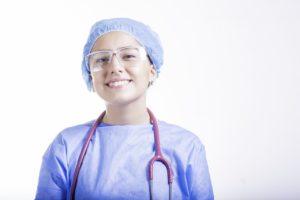 Une soignante en tenue de bloc