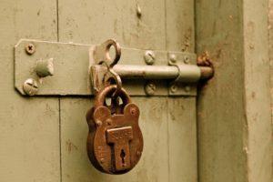 Une porte cadenassée