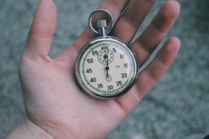 Une montre à gousset dans une main