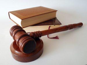 Des codes légaux et un parteau de cour de justice américaine