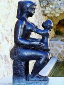 Une statue représetat une mère et son bébé